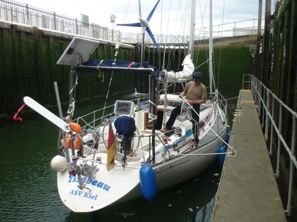 Shoreham - Schiff in Schleuse von hinten